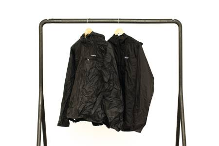 12 ÅR: Det skiller 12 år og tusen bruksdager mellom disse jakkene. Kan du se hvilken som er ny? Bilde: Henrik Alper
