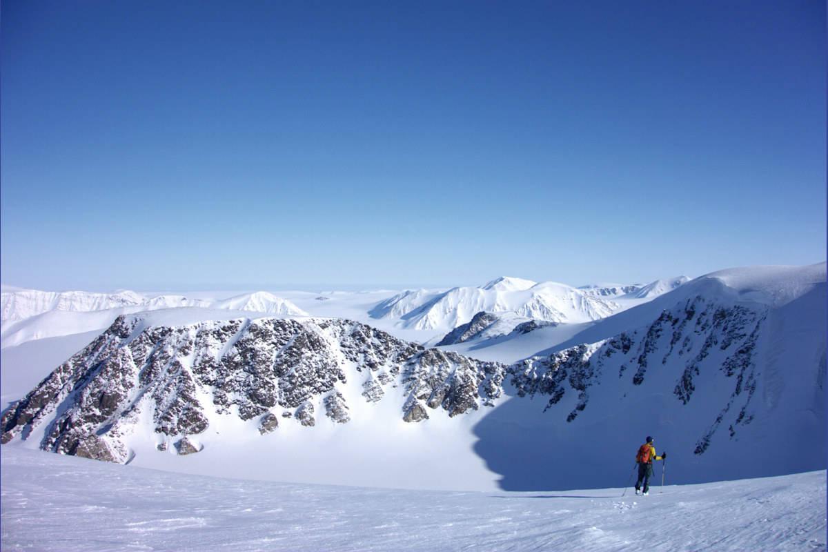 ATOMFJELLA: Svalbard er fullt av fine toppturer, og blant områdene i boka mener Poli at de alpine Atomfjella skiller seg ut. Bilde: Giovanni Poli/Ski Touring in Svalbard