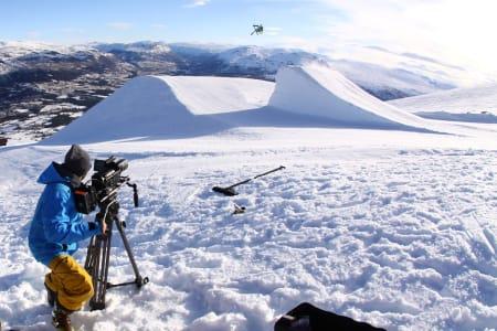 Espen Kristiansen fra Field Productions filmer superstjerna Russ Henshaw i lufta over en kicker i Oppdal. Du trenger verken så dyrt kamera eller så store skistjerner for å vinne Fri Flyts store filmkonkurranse. Bilde: Tore Meirik