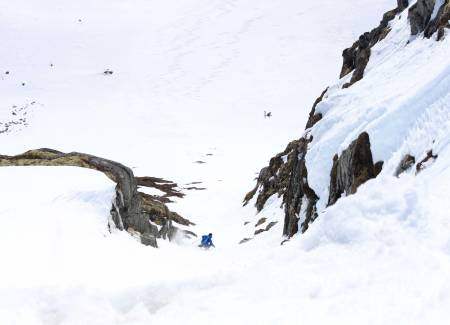 Vetle Dirdal kjører ski i renne fri flyt