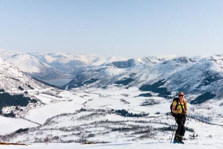 Det kalde breklimaet og store nedbørsmengden over Sunnfjords fjellandskap gjør det til unikt. bra skiterreng. Foto: Reisegutta / Visit Sunnfjord