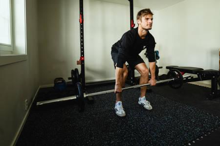 Spesialist i idrettssfysioterapi og manuellterapeut Lars Haugvad demonstrerer styrkeøvelsen markløft. Bilde: Christian Nerdrum
