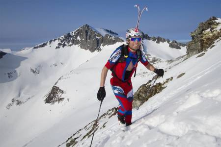 KOM I FORM: Ola Hovdenak gir deg treningsøvelser før skisesongen starter. Her er han på vei opp Kirketaket. Foto: Daniel Kvalvik