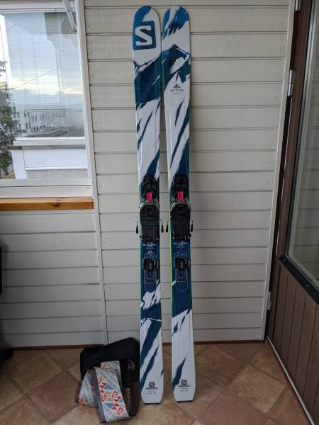 Pakken inneholder ski med bindinger og tilhørende feller.