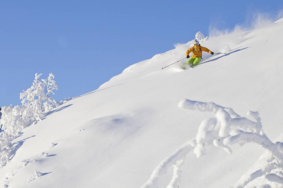 SPONSA AV GAMBLERE: Espen Fadnes er ikke bare proff basehopper, han er en jævel på ski også. Og han er sponsa av Betsafe, som har åpna for gambling på frikjøringskonkurranser. Foto: Kalle Hägglund