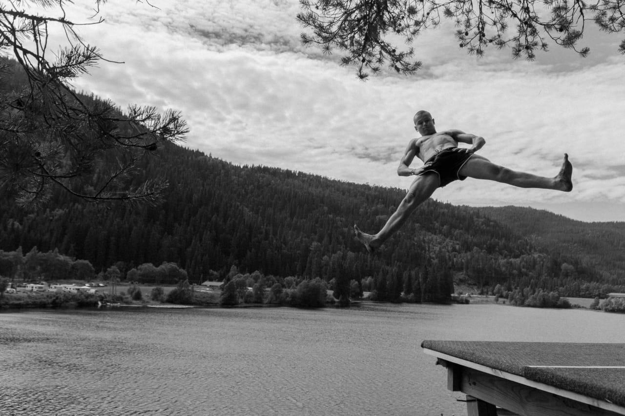 VERDENSMESTER: Truls Torp er ikke ukjent for å slenge seg utfor høye ting og ned i vann. Foto: Henrik Ulleland