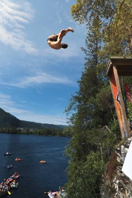 Benjamin Forthun sendte en ganske så strøken framlengs salto til stup. Foto Henrik Ulleland