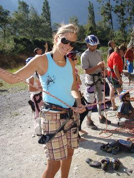 Karina Hollekim klatrer kun et år etter at legene sa at hun aldri ville kunne gå igjen. Foto: Privat