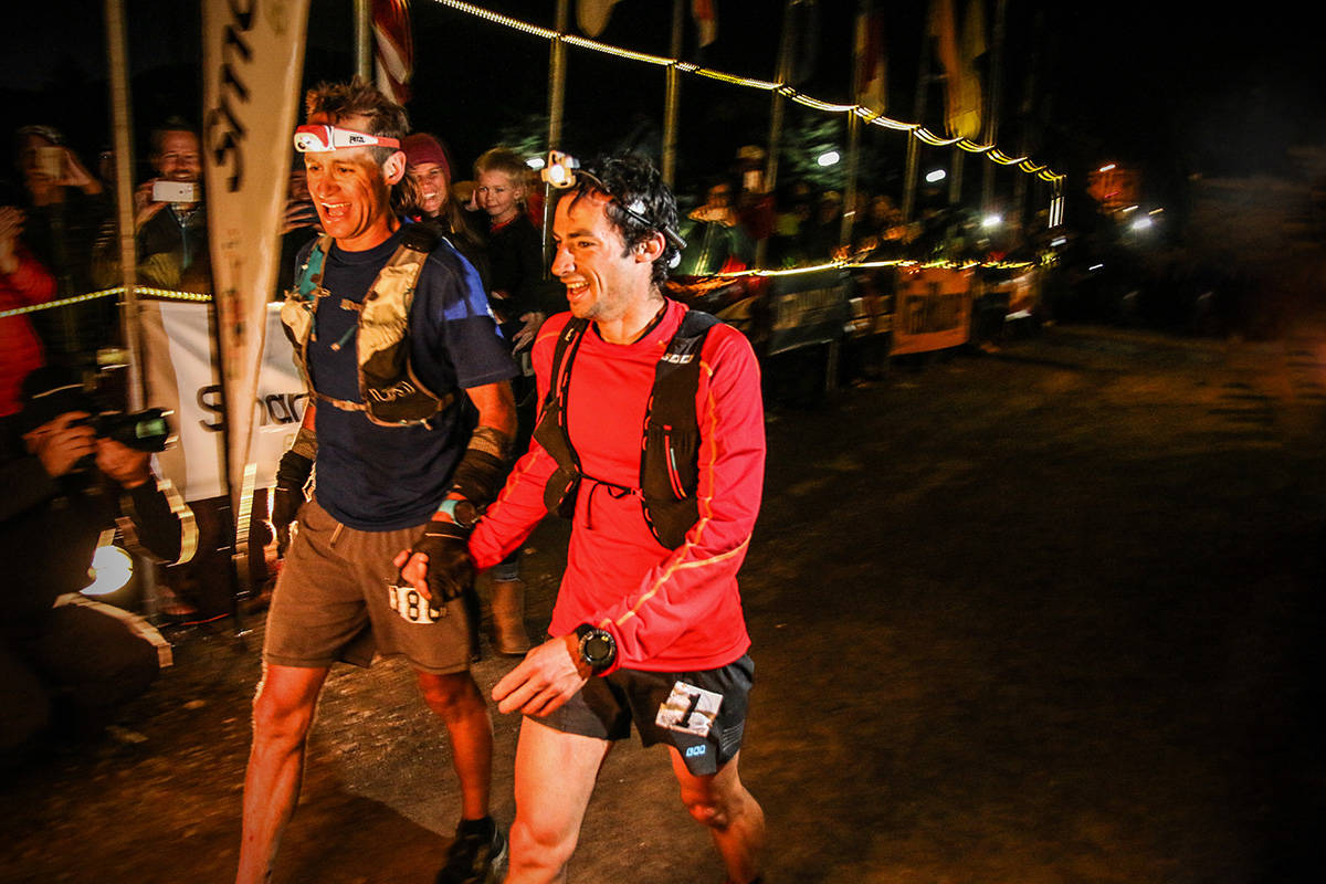 SAMMEN: Jason Schlarb (t.v.) og Kilian Jornet krysset mållinjen sammen. Foto: Philipp Reiter / Salomon