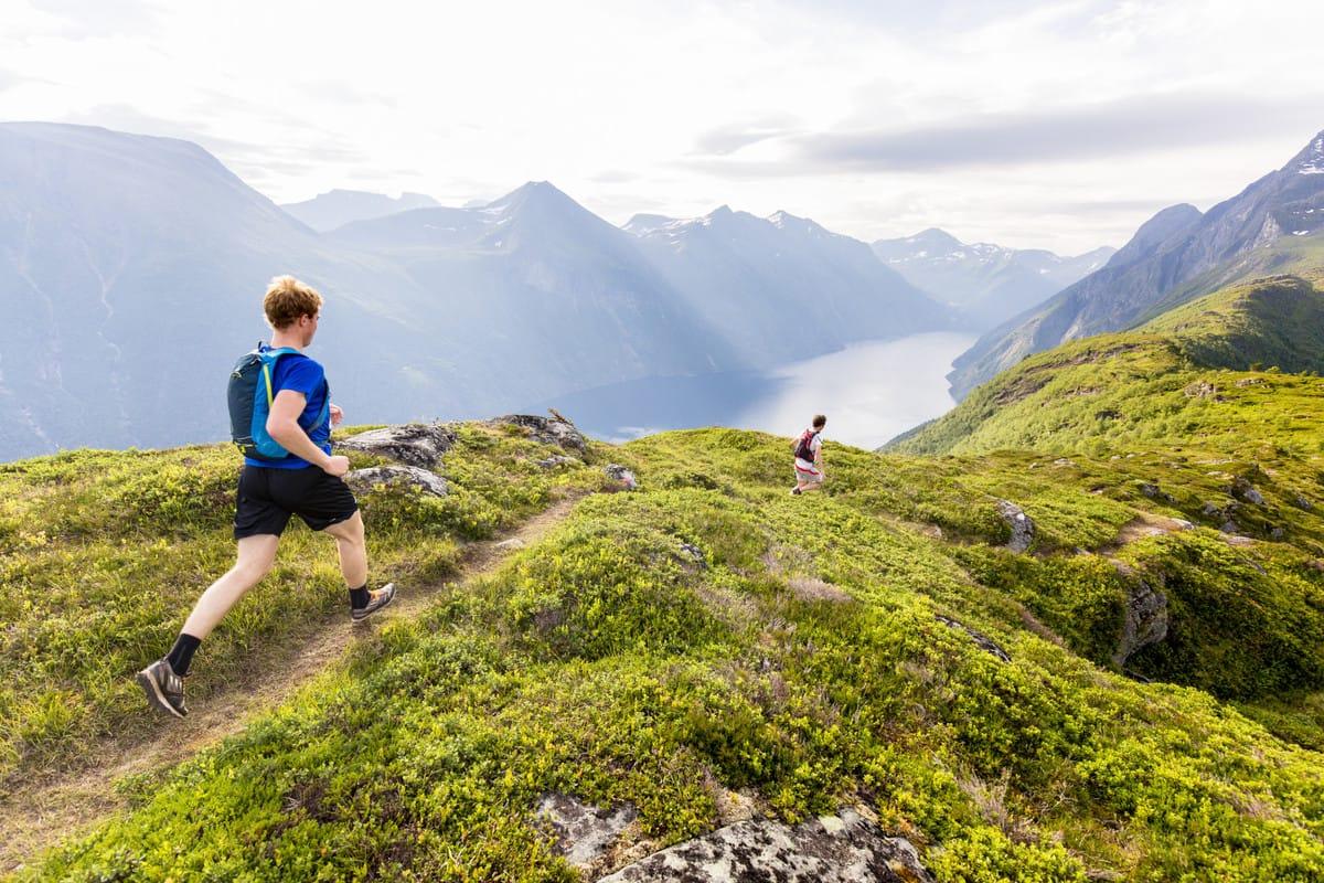 LØPER: Slik var utsikten fra fjorårets konkurranse. Foto: Stranda Fjord Trail Race