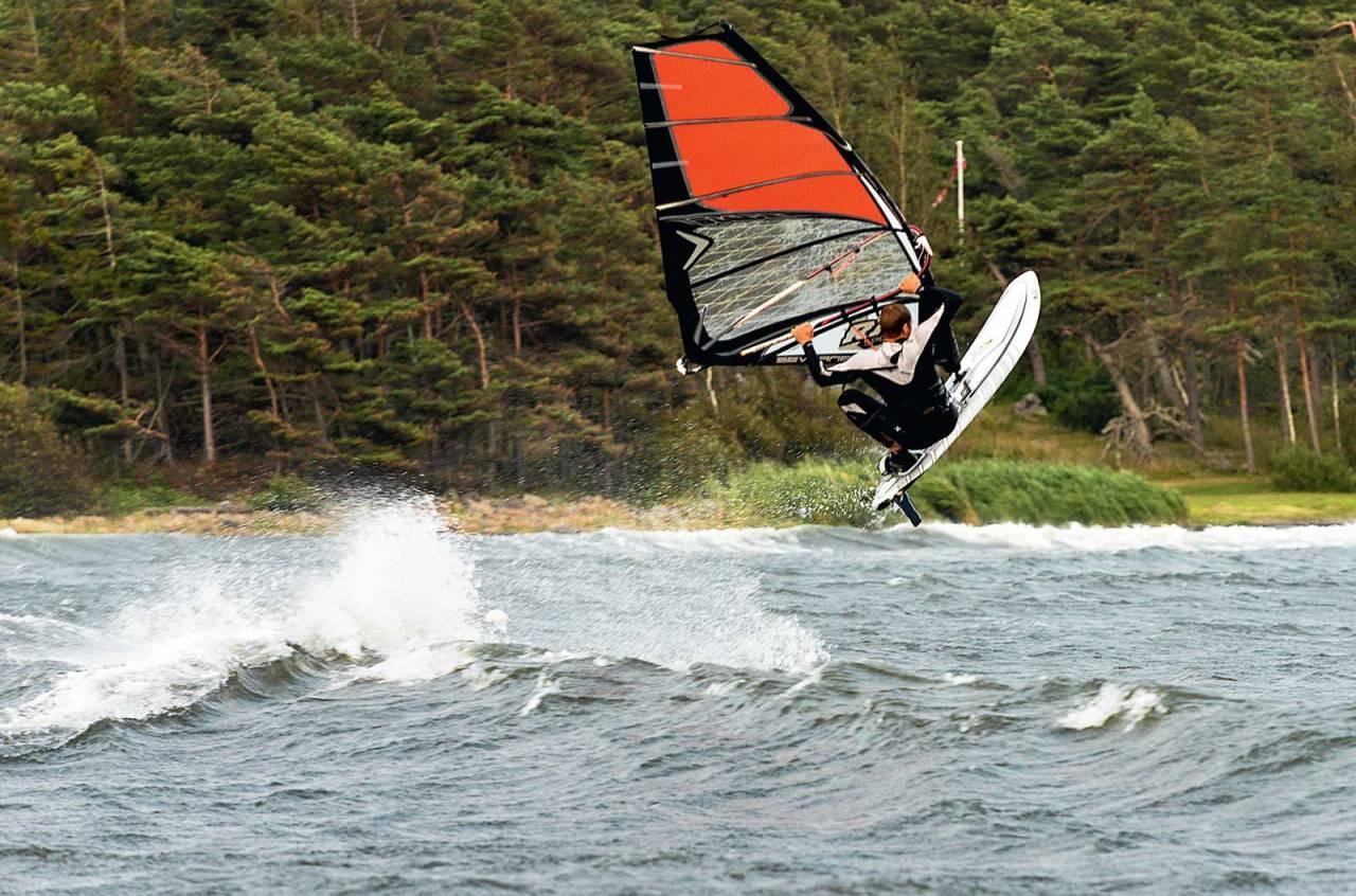 80-TALLS: Om sommeren sverger frikjøringslegenden Asbjørn Eggebø Næss til åttitallssporten windsurfing. Foto: Carsten Müller