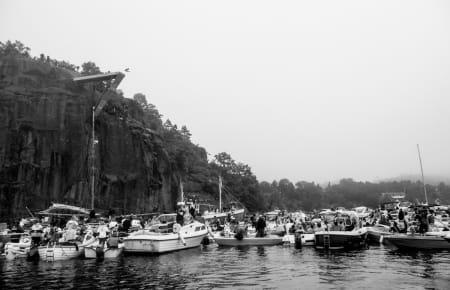 TÅKEPROBLEMER: Tåke og regn gjorde at en del holdt fortet sammenliknet med forrige Red Bull Cliff Diving, da 12 000 mennesker kom for å se på. Bilde: Christian Nerdrum