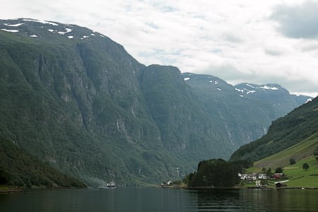 Ruta Marcus Aspsjö har valgt for å svømme Sognefjorden på langs er 230 kilometer og går langs land. Foto: Wikimedia