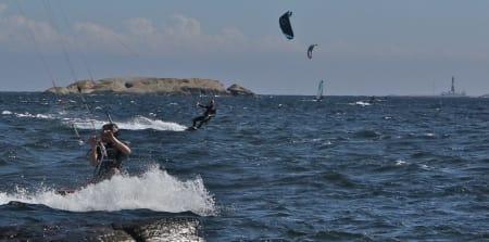 KITEFEST: Mange kites og et eldgammelt fyr. Den beste kiteren rundt Færder fyr blir historiens første norgesmester i grenen, som er klar for OL i 2016. Foto: Odd Roar Lange/ kortreist.no
