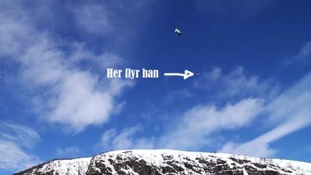 UKAS STUNT: Her flyr Marek Zack over Riksveg 7, Bergensbanen og hotellet på Haugastøl.
