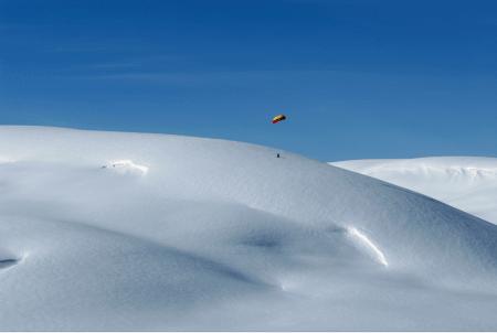 HØYTFLYVENDE: Med turer opp mot 5000 moh. satte kiteren Sigve Botnen høyderekord i kiting. Sammen med Johann Civel, som kiter på bildet, er han den første i verden som har prøvd kitemulighetene i Himalaya. Foto: Gus Hurst