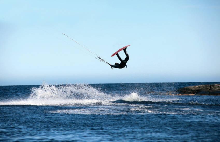 SPOTGUIDE: Nå trenger du ikke lenger være i tvil om hvor du skal kite. Her fra Tromøya i Aust-Agder.
