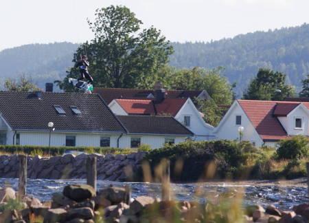 UKJENT: En ukjent kjører på Naish drar til i Svelvikstrømmen! Lørdag 17. august var en god dag! Foto: Paal Rype