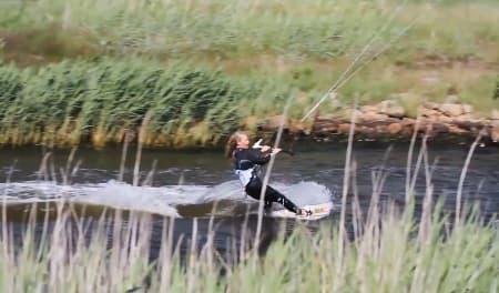 BLØD STRIBE VAND: Ikke all verdens med vind, men mange artige spotter å kite på danmarksturen til de tre norske jentene.