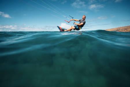 Det gjelder å holde tunga rett i munnen når man prøver kite på vann første gang. Bilde: Core kiteboarding