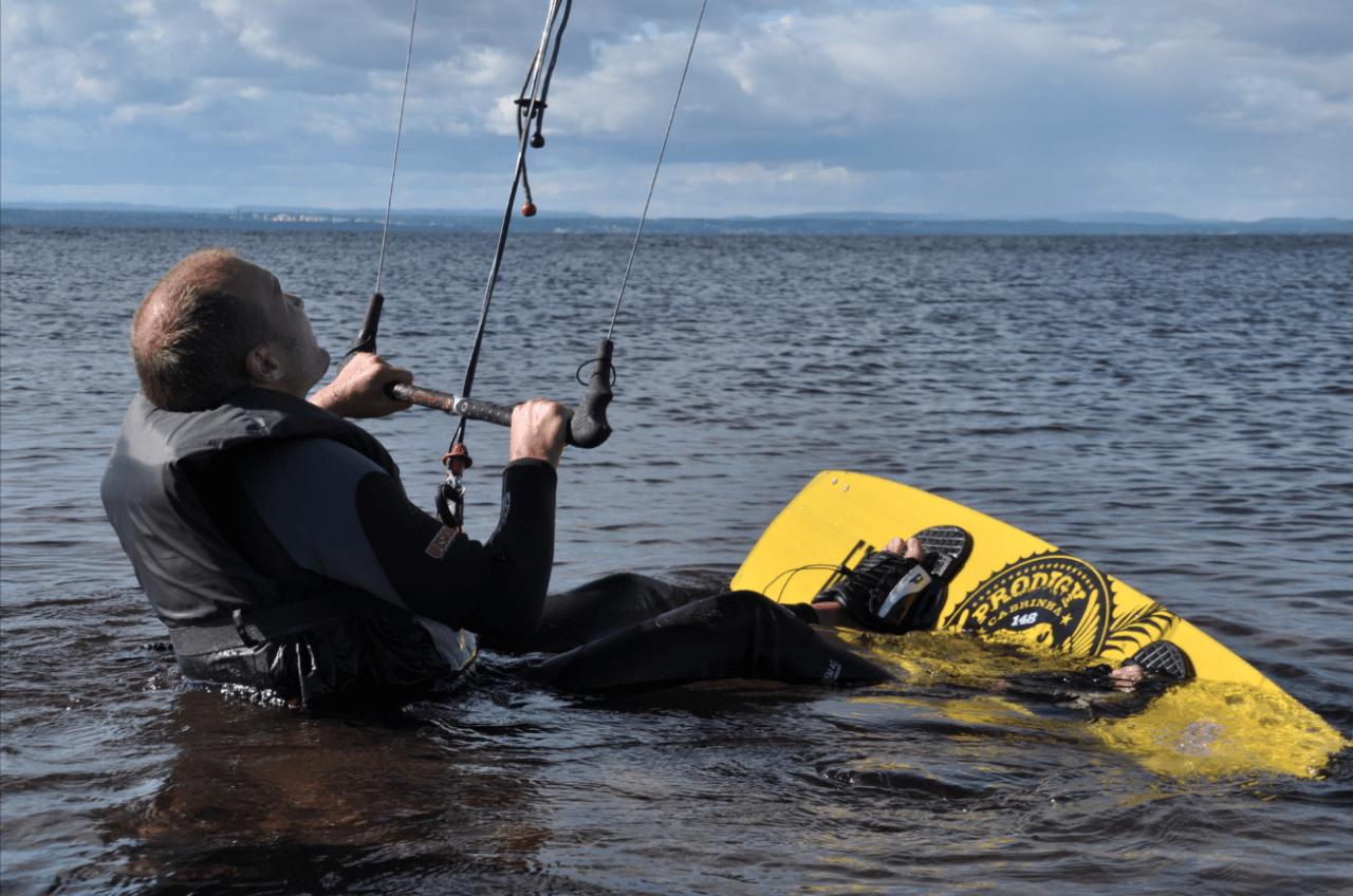 Det gjelder å holde tunga rett i munnen når man prøver kite på vann første gang. Foto: Sandra Lappegard