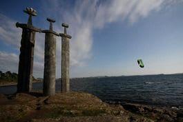 DRAMATISK: Kari Schibevaag kiter ved Sverd i stein. Foto: Inger Lise Hole.