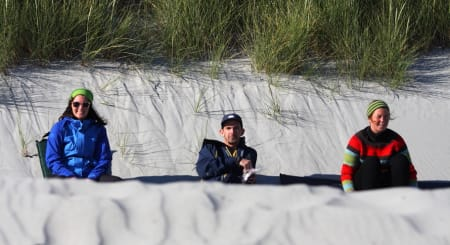 SAND MELLOM TÆRNE: Pause på stranda før økt nummer to i bølgebrus og solnedgang. Bilde: Pål Rype