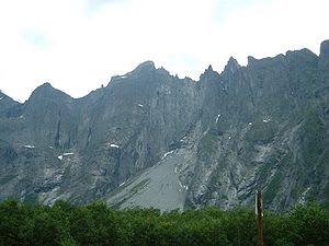ULYKKESSTED: Basehopperen ligger i Stabbeveggen, like sørøst for Trollveggen, til venstre på dette bildet. Foto: Wikipedia