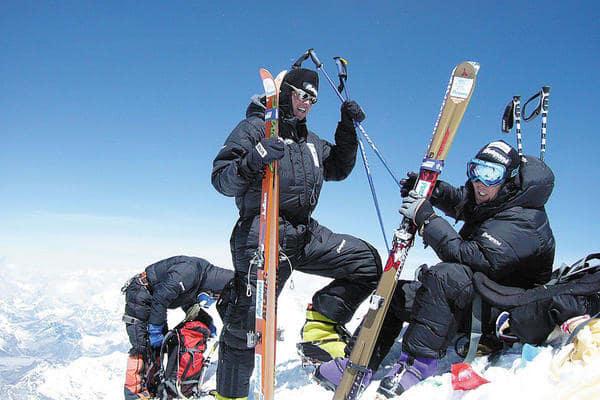 PÅ TOPP: Tomas Olsson og Tormod Granheim på toppen av Mount Everest, like før de startet nedkjøringen. Lambda Bu Sherps er også med på bildet. Han er i ferd med å finne fram et bilde av kona, for å ta et bilde av dette – det mest romantiske en sherpa kan gjøre. Foto: Tshering Pande Bothe