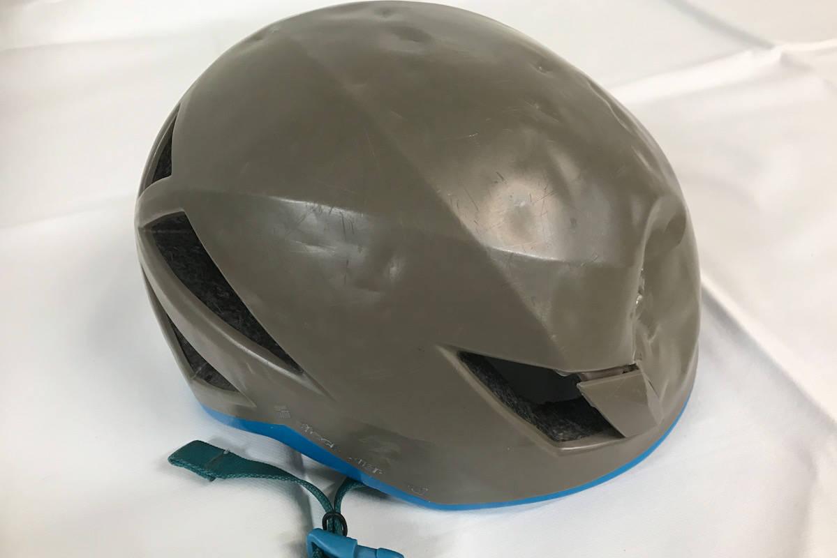 HJELM: Forfatter klatreboken Sikker klatring, Geir Evensen, mener flere bør bruke hjelm. Her Illustrert med en knust hjelm. Foto: Geir Evensen