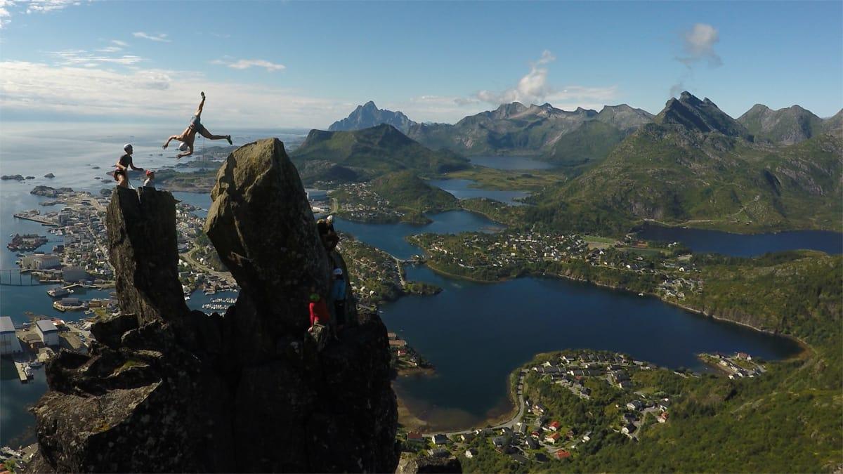 EKSPONERT FLIP: Brage Hernes Gåsvær gjør frontflip med halvskru høyt over Svolvær. Foto: Jarl Gåsvær