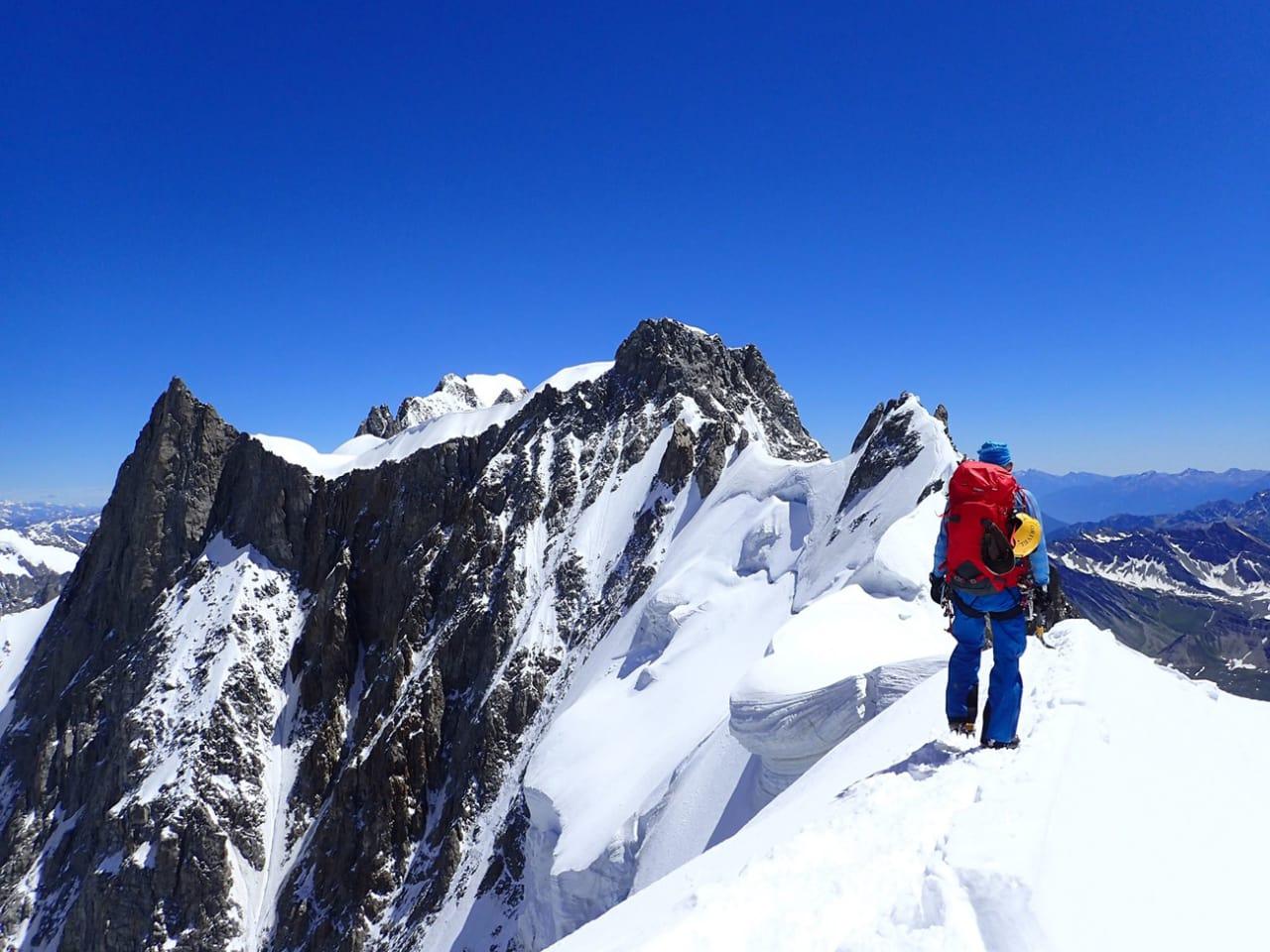 NÆR MÅLET: Tormod Granheim mangler bare tre fjelltopper i Sveits før han har nådd drømmen om å bestige alle 4000-meterne i Alpene. Her er han på vei mot Grandes Jorasses i Chamonix. Foto: Signar Nilsen