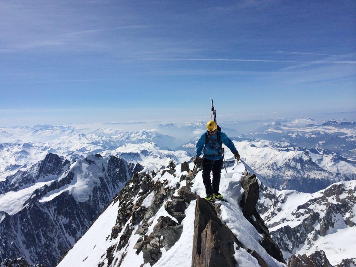 SKARPE RYGGER: Skal du klatre alle 4000-meterne i Alpene nå du regne med å traske litt på smale fjellrygger. Foto: Privat