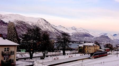 UTVALGT: Åndalsnes er et sentralt utgangspunkt for både klatring og ski. Foto: Erlend Sande