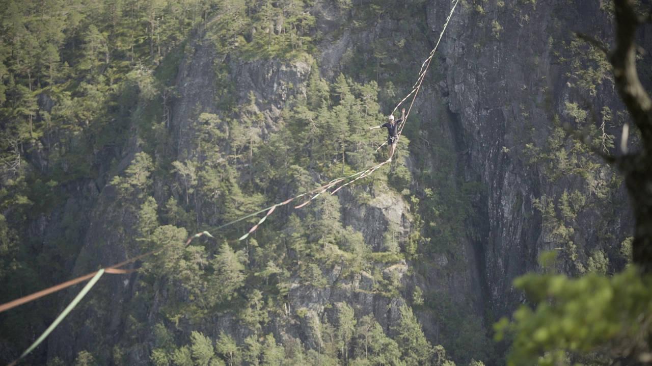 MARTIN GRAVDAL: Her går Martin 325 meter på slakk høyline over Suldalsvatnet tidligere i juli. Det er ny skandinavisk rekord. Foto: Andreas Lange og Borghild Nerheim