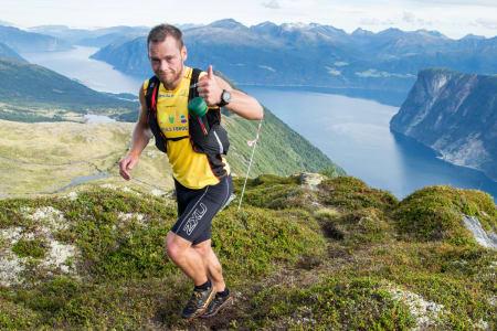 HOFF TIL TOPPS: Fersk landslagsutøver i skialpinisme, Sindre Hoff, vant Stranda Fjord Trail Race i helga. Foto: Torstein Sandven