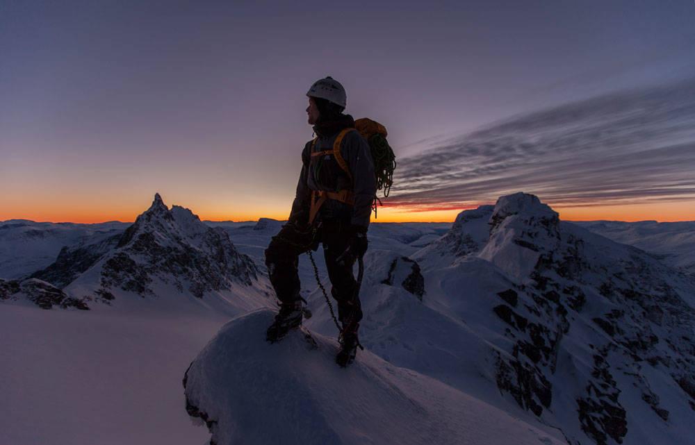 VINTER OM SOMMEREN: Sigurd Løvfall trives når sommeren er av det vinterlige slaget høyt til fjells, som her på Vengetindtraversen i Romsdalen. Foto: Privat