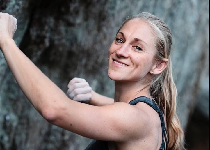 RIKTIG STED: Victoria Nordberg der hun vil være - under en vegg i Østmarka. Foto: Anki Grøthe