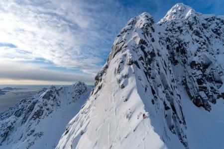 TOPPEGGEN: Smalt, luftig og stilig på Rulten (1062 moh) i Lofoten. Foto: Signar André Nilsen