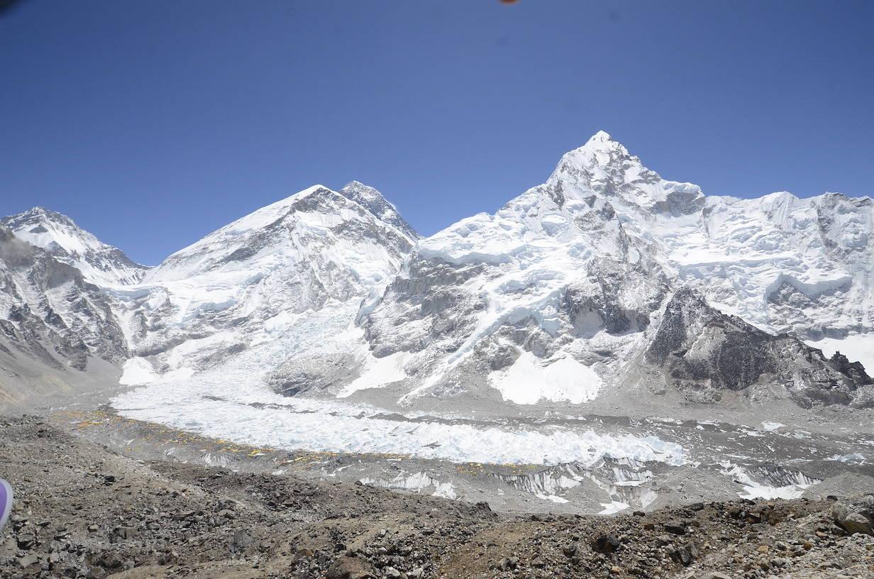 EVEREST, LHOTSE OG NUPTSE: Det er et større smitteutbrudd i Everest Base Camp, men myndighetene nekter for at det er et reelt smitteutbrudd. Foto: Jyamchang Bhote