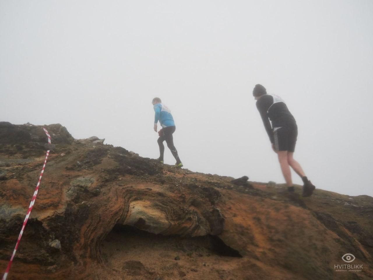 TÅKEHAV: Det var ikke helt det synet løperne hadde ønsket seg som ventet på toppen av fjellet. Foto: Timme Ellingjord.