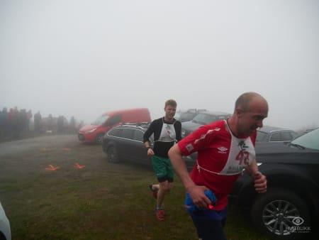 Preben Kristensen gir det han har i tåkehavet. Foto: Timme Ellingjord.