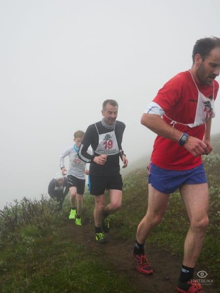 Medarrangør Idar Heimdal Espe i fronten av gruppen som jager ledelsen. Nummer 19 Ståle Auran springer inn til en tredjeplass i senior gruppen, bak Erik Lomås og Vegard Johnsen på 1. og 2. Foto: Timme Ellingjord.
