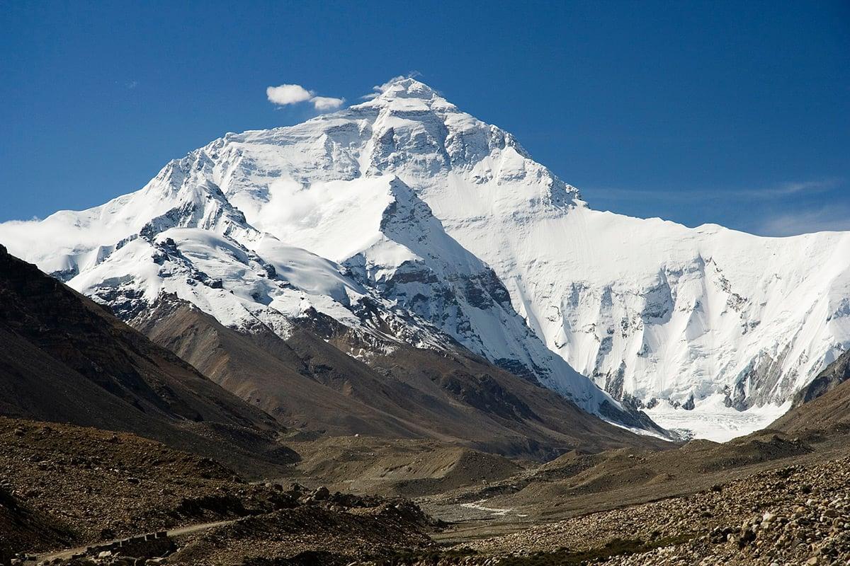 OPP: Nå skal fjellklatrere på nytt forsøke seg opp Mount Everest. BIldet viser nordsiden. Foto: Wikipedia Commons