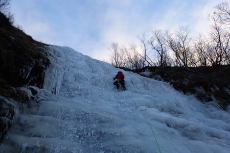 HEFTIG ISKLATRING: Når snøen uteblir smiler klatrerne i Tromsø. Foto: Signar André Nilsen