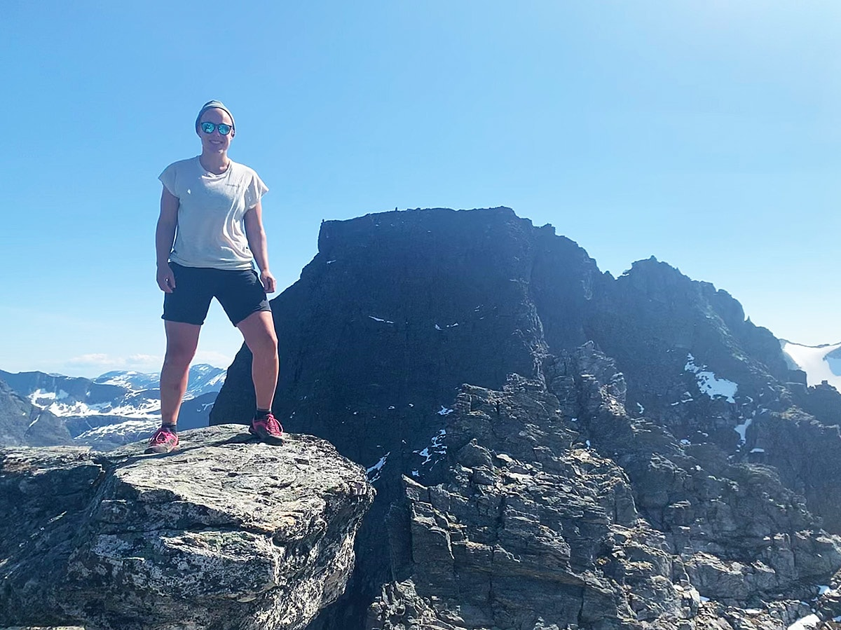 GODKJENT? Kan du kalle deg fjelldronning eller fjellkonge hvis du bare nådde Vippesteinen? Det er sommerens store spørsmål for undertegnede. Her står Ingvild Farstad på den svært så betydningsfulle steinen i Romsdal. Foto: Tore Meirik