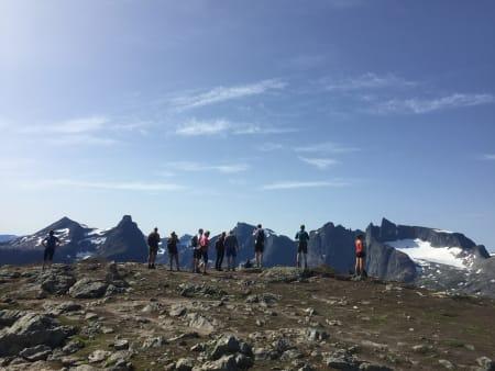 GODT BESØKT: Romsdalseggen er i ferd med å bli en av Norges mest gåtte fjellturer. Det får konsekvenser av varierende art. Foto: Tore Meirik