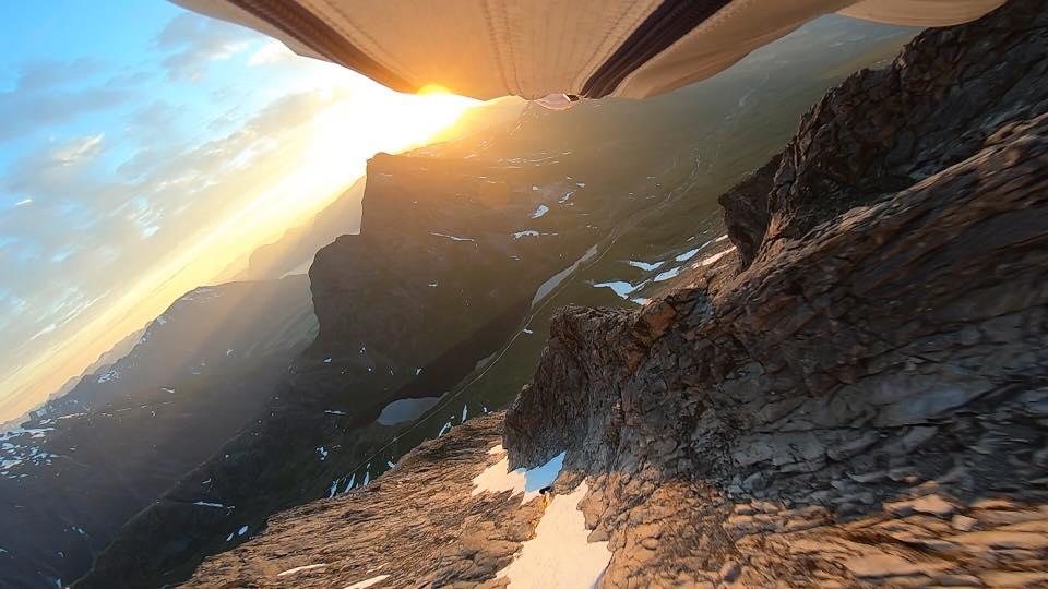 HØYDEPUNKT: Tom Erik Heimen på vei ned fra Store Vengetind, da han i helgen gjorde unna alle sju Fjellkonge-toppene i Romsdal på under 23 timer. Foto: Tom Erik Heimen