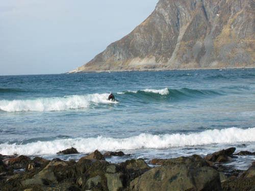 SURF: Ved Grøtfjord i Tromsø er det muligheter for å surfe på nordnorske bølger. Foto: friflyt.no