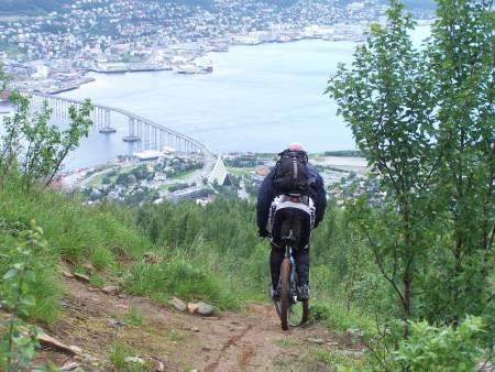 SYKLING: Ved å sykle ned fra Fjellheisen har du mulighet til å se utover Tromsø by og Ishavskatedralen. Foto: terrengsykkel.no